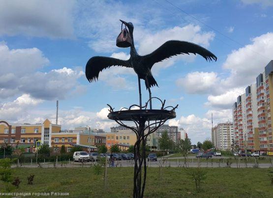 Мамин сквер в Рязани украсила скульптура «Аист с ребенком»